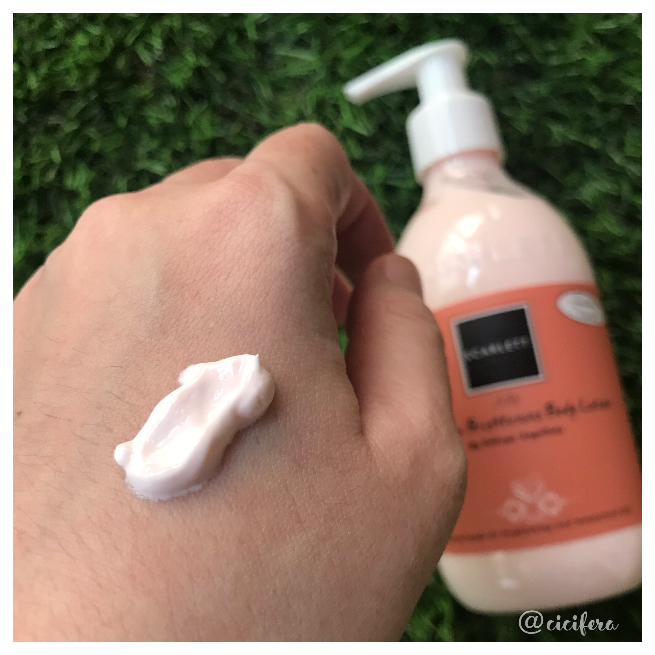 Tekstur Scarlett Fragrance Body Lotion
